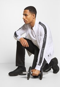 Champion - LEGACY TAPE TRACKSUIT SET - Chándal - white/black - 1