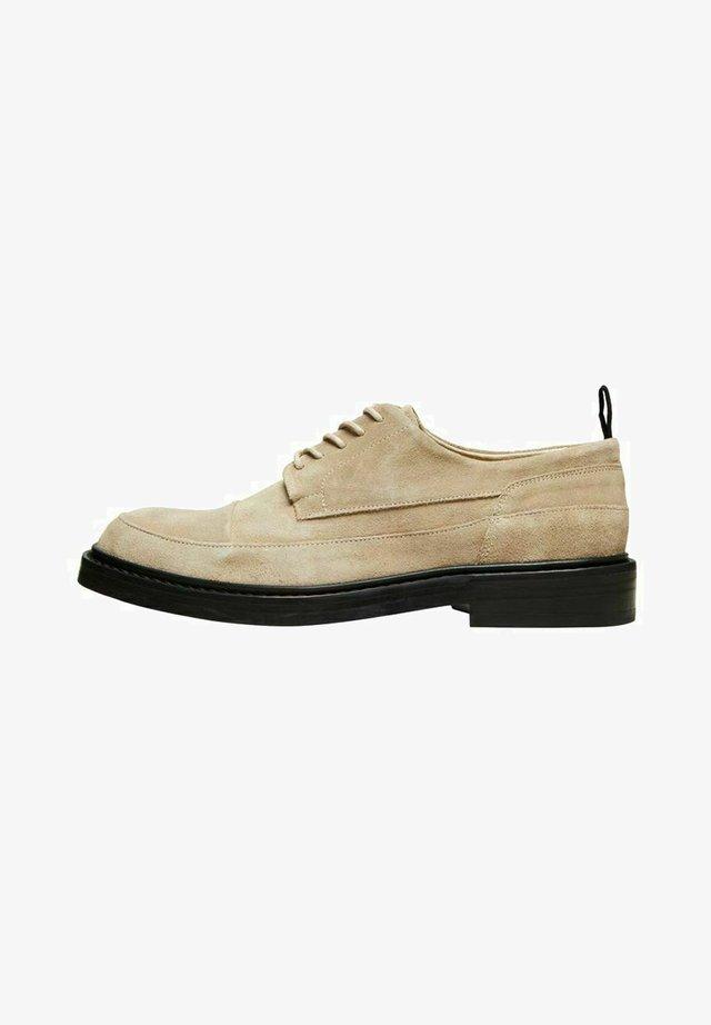 Sznurowane obuwie sportowe - sand