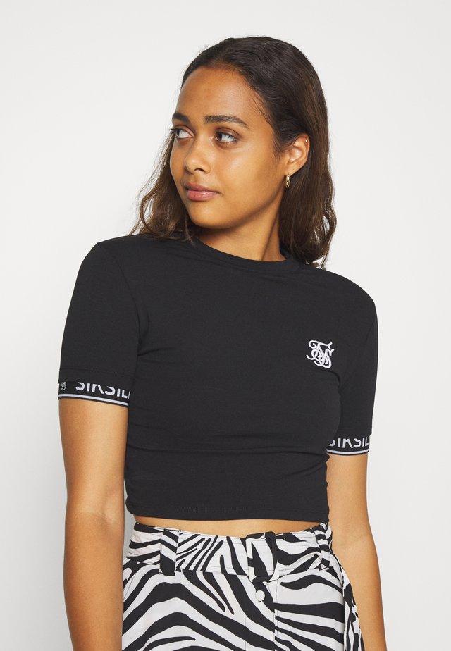 CROP TECH TEE - T-shirt z nadrukiem - black