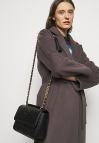 Tory Burch - FLEMING CONVERTIBLE SHOULDER BAG - Across body bag - black - 0
