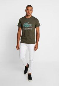 Lacoste - T-shirt med print - baobab - 1