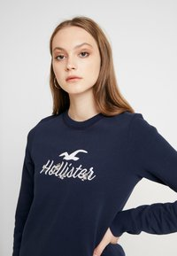Hollister Co. - OVER LOGO CREW - Mikina - navy - 3
