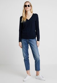Tommy Hilfiger - HERITAGE V NECK  - Sweter - midnight - 1