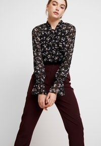 Missguided - HIGH WAISTED CIGARETTE TROUSERS - Bukse - burgundy - 4