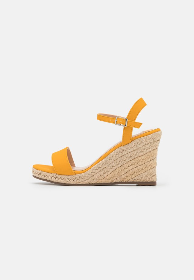 WIDE FIT RAY WEDGE - Sandały na platformie - yellow
