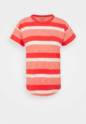 WHISPER SORREL CREWNECK TEE IN MONSTERA STRIPE - Print T-shirt - blood orange