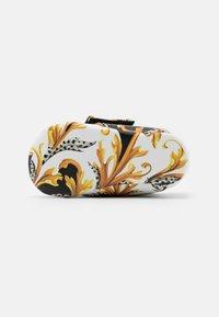 Versace - RICAMO ACANTHU UNISEX - První boty - white/black/gold - 4