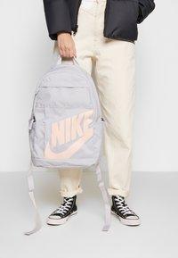 Nike Sportswear - ELEMENTAL UNISEX - Reppu - sky grey/sky grey/washed coral - 1