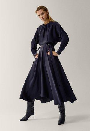 MIT ASYMMETRISCHEM SAUM - Korte jurk - dark blue