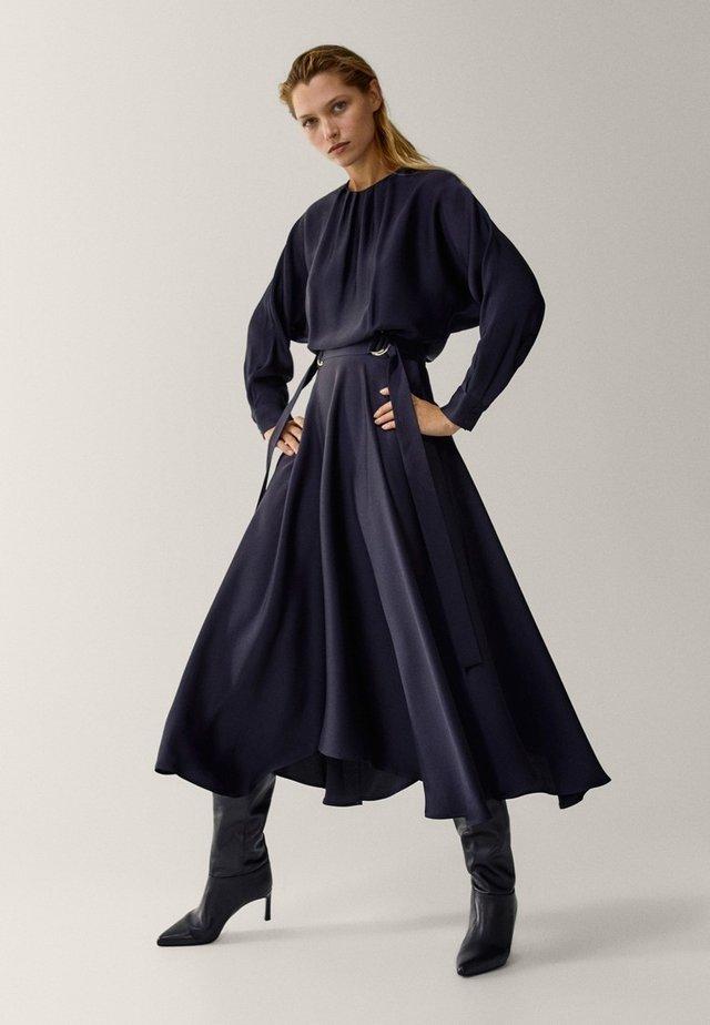 MIT ASYMMETRISCHEM SAUM - Day dress - dark blue