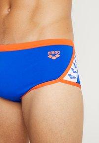 Arena - TEAM STRIPE LOW WAIST SHORT - Swimming trunks - neon blue/nectarine - 3