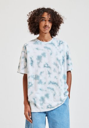 MIT GRÜNEM TIE-DYE - T-shirt med print - white