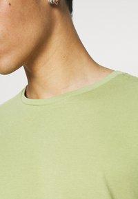 KnowledgeCotton Apparel - ALDER TEE - Basic T-shirt - sage light dustygreen - 3