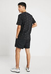 Nike Sportswear - FLOW - Shortsit - black/white