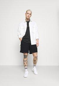 adidas Originals - PREMIUM UNISEX - Shortsit - black - 1