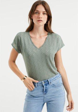 MET OPENGEWERKT DESSIN - Print T-shirt - moss green