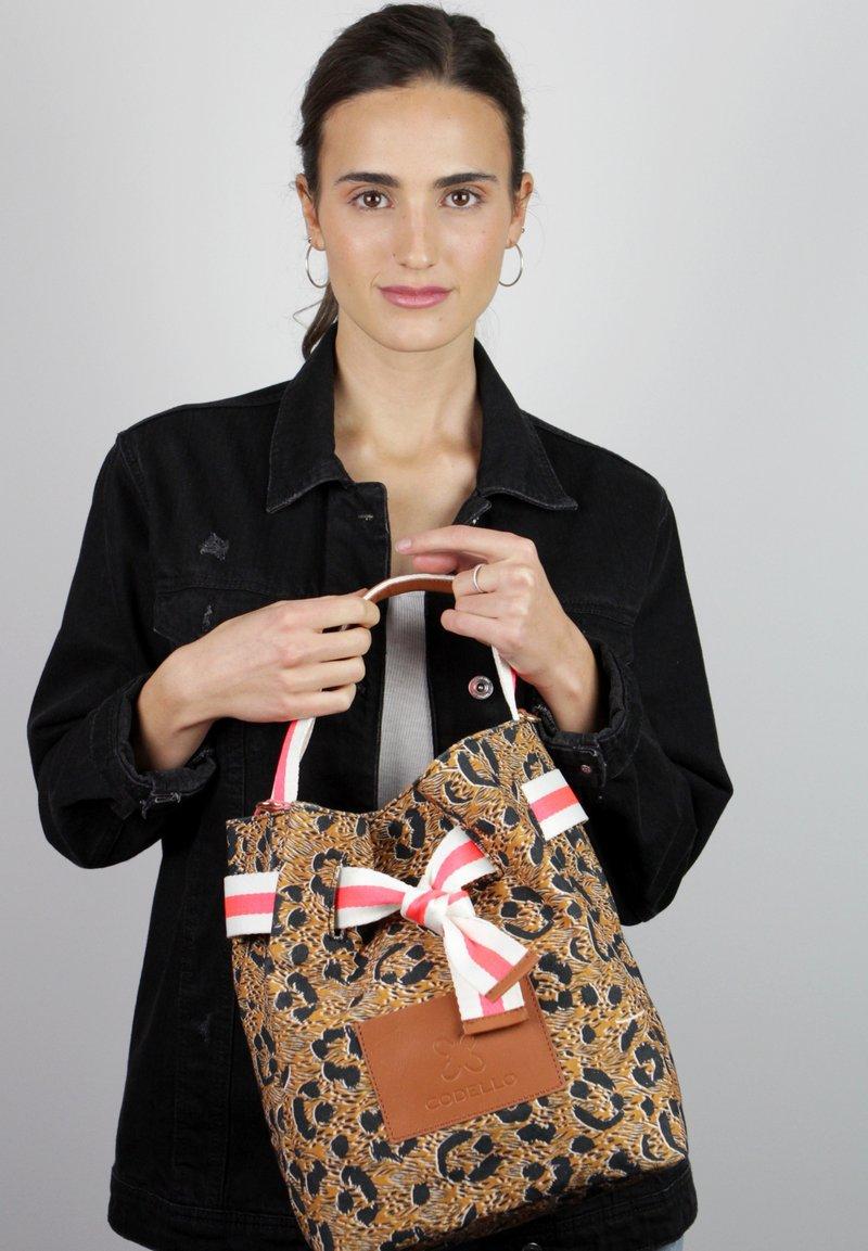 Codello - MIT LEO-PRINT - Handbag - braun