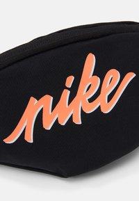 Nike Sportswear - HERITAGE - Vyölaukku - black/bright mango - 4