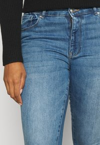 ONLY Carmakoma - CARRUSH LIFE   - Jeans Skinny Fit - medium blue denim - 4