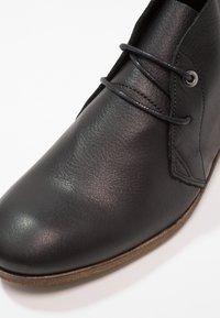 HUB - CHUCKIE - Kotníková obuv - black/natural - 5