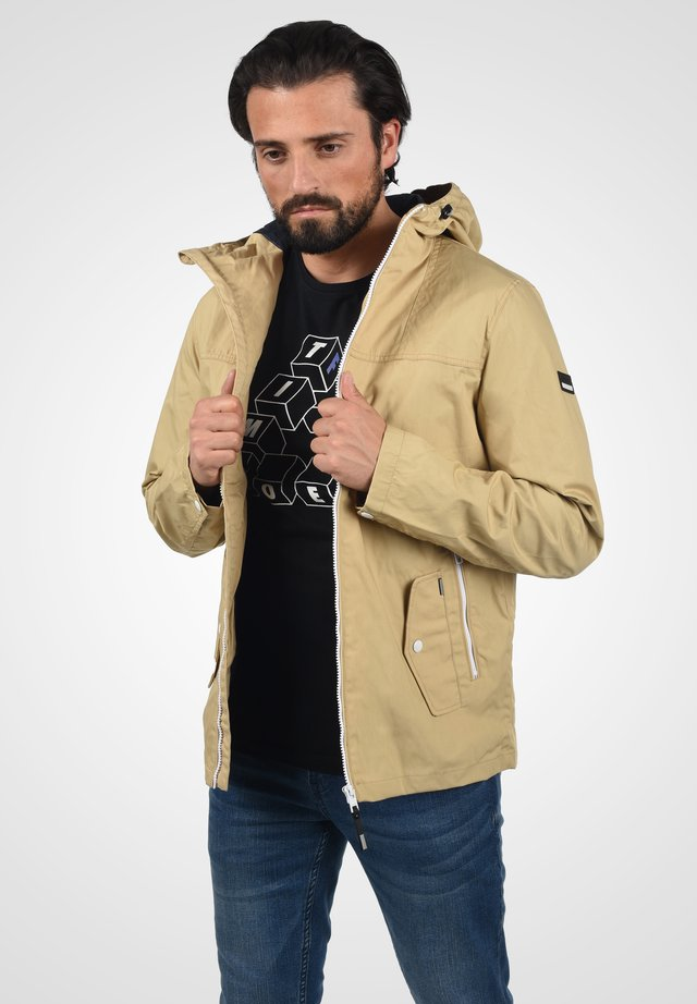 JACKET HUNT - Summer jacket - curds & wh