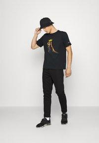 Converse - BASQUIAT GRAPHIC TEE UNISEX - Camiseta estampada - black - 1