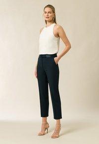 IVY & OAK BRIDAL - Spodnie materiałowe - bottle green - 1