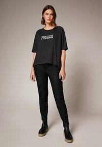 comma casual identity - MIT SCHRIFTPRINT - Print T-shirt - grey - 1
