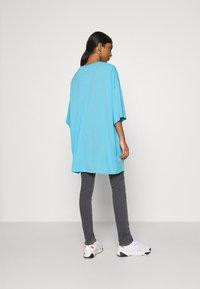 Weekday - HUGE - Basic T-shirt - blue - 2