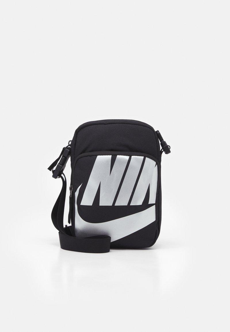 Nike Sportswear - HERITAGE 2.0 UNISEX - Taška spříčným popruhem - black/metallic silver
