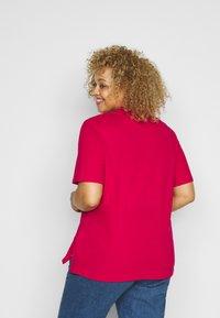 Tommy Hilfiger Curve - ESSENTIAL - Polo shirt - ruby jewel - 2