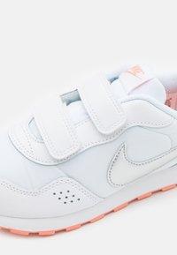 Nike Sportswear - MD VALIANT UNISEX - Zapatillas - white/metallic silver/crimson bliss - 5