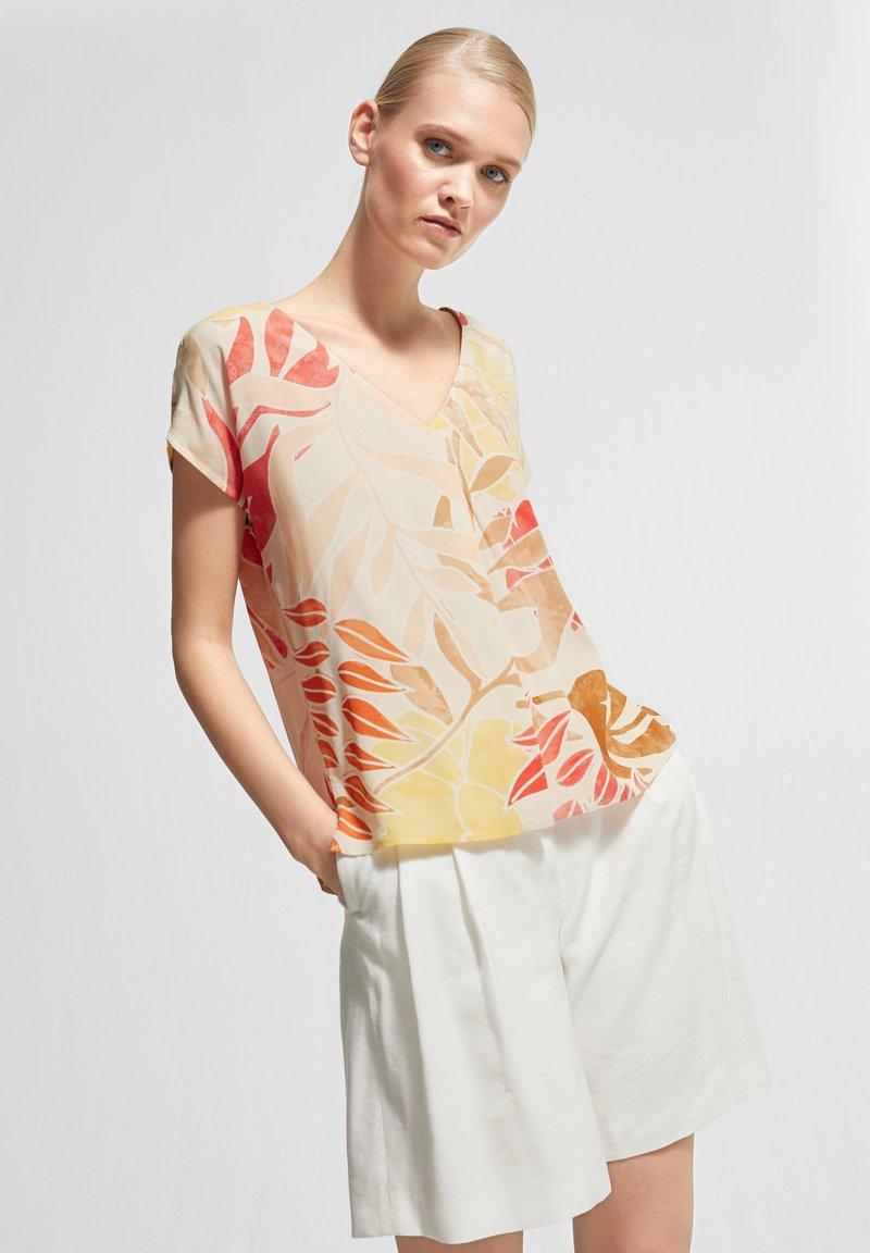 comma - Print T-shirt - coral leaf