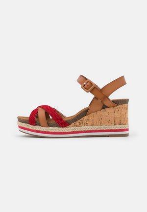 Sandalias con plataforma - rojo