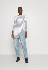 Casa Amuk - LONG SLEEVE TWIST SEAM TEE - Long sleeved top - white/blue - 1