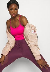 DKNY - SEAMLESS STRAPPY CROP REMOVEABLE CUPS - Top - beetroot - 3