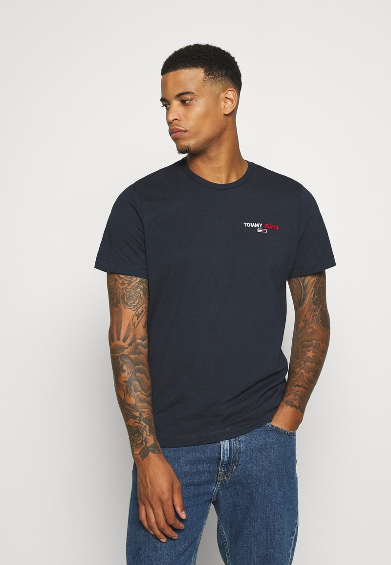 Tommy Jeans - CHEST CORP TEE UNISEX - Printtipaita - twilight navy