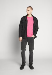 Tommy Jeans - ESSENTIAL JASPE TEE - Basic T-shirt - bright cerise pink - 1