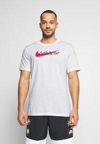 Nike Performance - TEE ATHLETE - Camiseta estampada - white/university red - 0