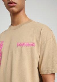 Napapijri - S-HAENA - T-shirt med print - mineral beige - 5