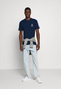 adidas Originals - STRIPES SPORTS INSPIRED SHORT SLEEVE TEE UNISEX - Print T-shirt - collegiate navy - 1