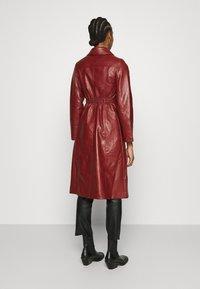 Who What Wear - BUTTON FRONT 70S COAT - Zimní kabát - garnet - 2