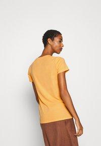 GAP - VINT - T-shirts med print - starlight gold - 2