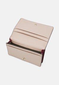 Furla - BABYLON S CARD CASE - Peněženka - ciliegia/ballerina - 2