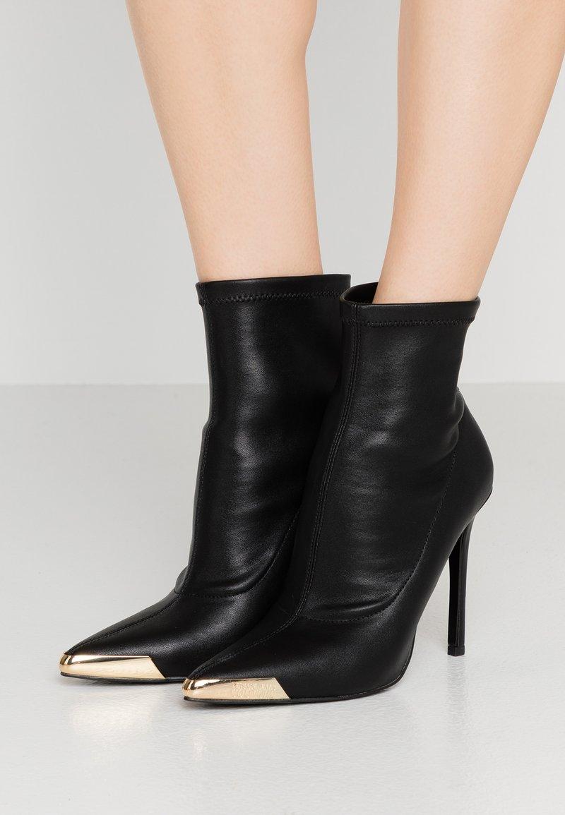 Versace Jeans Couture - Kotníková obuv na vysokém podpatku - nero