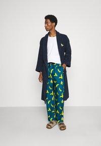 Lousy Livin Underwear - BATHROBE PYJAMA PANTS BANANAS SET - Župan - blue - 1
