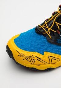 ASICS - GEL FUJITRABUCO SKY - Trail running shoes - directoire blue/white - 5