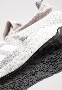 adidas Performance - PULSEBOOST HD - Laufschuh Neutral - grey one/footwear white/tech ink - 5