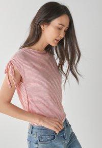 Next - DRAWSTRING - T-shirt med print - pink - 0