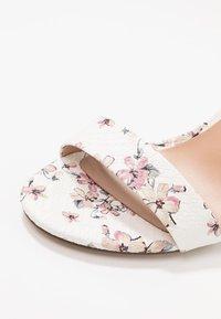 Call it Spring - TAYVIA  - Højhælede sandaletter / Højhælede sandaler - white/multicolor - 2
